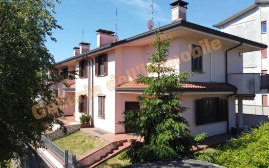 Abbiategrasso, ottima villa di testa con giardino e cortile privato